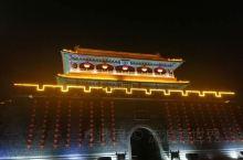 冬天的古城别有一番韵味,晚上走在古街上,在大红灯笼的映照下,更加感受到了古城的风情。东华门南巷休闲旅