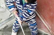 勤劳的儿子在家帮帮忙打扫卫生。以后继续努力哟,小儿子。