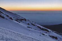 我在非洲屋脊乞力马扎罗最高点Uhuru peak!登顶成功! 坦桑尼亚时间17日凌晨零点开始冲顶,从