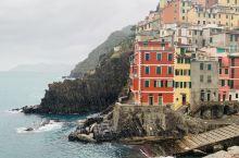 悬崖边上的村镇,景观独特,从La Spezia 坐火车北上,穿过一条地道 最先到达的是这村镇,色彩斑