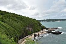 涠洲岛·北海  广西北海的涠洲岛,是由火山喷发形成的。其玄武岩黢黑,火山口在海里。因为多有珊瑚,所以