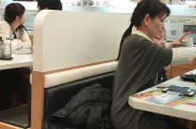 日本的寿司店,看起来今天人不少啊!一定很好吃……