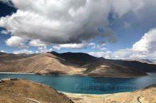 """羊湖湖水碧波如镜,湖滨水草丰美,是一个丰饶的高原牧场,当地藏族人民用民歌赞美羊卓雍错:""""天上的仙境,"""