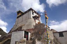 """雍布拉康位于西藏山南市泽当镇11公里的扎西次日山上。""""雍布""""意为""""母鹿"""",因扎西次山形似母鹿而得名,"""