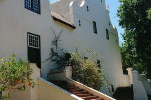 大康斯坦夏葡萄酒庄是南非一座历史非常悠久的葡萄酒庄园。这里的气候环境与南法非常的相像,因此这里可以种