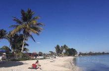如此平静的水和柔软的金色沙滩。没有高层酒店,只有小型的当地小旅馆,还有零散的出售饮料和食物的地方。我