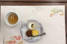 宫岛的离宫宾馆,离海边和严岛神社都很近,重点推荐宾馆的吃会席料理。饭厅挺大,在一张画着枫叶的精美和纸