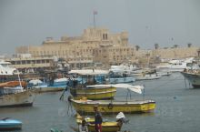 奎贝堡(灯塔遗址) 一早从开罗出发到达亚历山大,去了蒙塔扎宫、亚历山大图书馆后沿着地中海去亚历山大灯