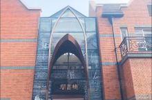 钟书阁被誉为魔都最美书店,运用玻璃元素装修,使得图书看起来更多,打造出万花筒式的繁花世界,镜面吊顶使