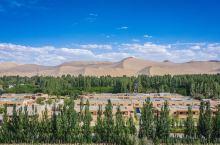 在沙漠旁吃敦煌美食才真正地道  鸣沙山外走几分钟就有一座叫月牙泉小镇的地方,没有敦煌市区那么拥挤,也