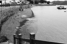 沙塘静湾宁静淳朴自然…… 一个安静的小渔村,岛上有着几家设计特别的民宿,因为疫情生意冷清不少,还有咖