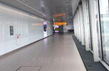是荷兰皇家航空公司的主要机场,面积不大,但是设施很全,有免费淋浴设施和图书馆,免费电脑和Wi-Fi,