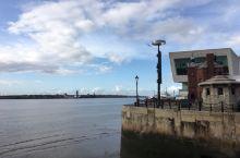 【已记不清是第几次来利物浦】  天气晴朗的利物浦,独自一人沿着海边散步,嗅着海风。 这样的时光 ,尤