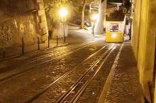 """里斯本至今保留着三条""""上下坡""""的电车线和一辆垂直电梯。 葡萄牙首都里斯本拥有欧洲最古老的电车,老电"""