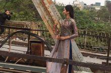 河内是一座拥有1000多年历史的古城。图一越南奥黛美女在龙边桥上拍照。图二也是龙边桥,设计者叫埃菲尔