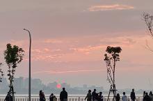 就是为了它而来的 今天是艳阳,所以特地前往淡水,在接近17:47的日落时间,大家缓缓的靠近河岸边,正