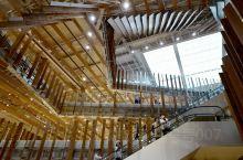 富山的玻璃美术馆,下面几层是图书馆,6楼是玻璃美术馆,买了最便宜的票,200日元,进去看了看,整个建