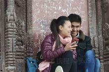 神庙里幸福的人儿。中国在尼泊尔援助了很多项目,所以中国公民凭中国护照门票只要原价的三分之一,高兴吧,