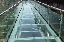 """凤凰山玻璃栈道位于景区海拔七百多米处的""""百步紧""""和""""天下绝""""之间,依悬崖峭壁凌空而建,整条栈道全都采"""