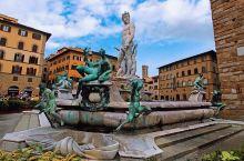 市政广场也叫领主广场。广场有五个看点:一是美第奇家族的大公科西莫一世的骑马铜像(图),二是旁边海神喷