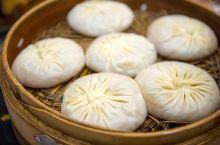 鼎鼎大名的泰州靖江蟹黄汤包,曾亮相《舌尖上的中国》,以皮薄、汁足、味美而著称于世,据说已有二百多年的