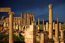 位于约旦北部的杰拉什古城,距离首都安曼40公里,早在公元前1600年,杰拉什就有人在此居住生息,直到