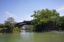 中华瑰宝——廊桥 廊桥是一种有屋檐的木拱桥,仿佛一条走廊横跨在河上,除供人通行外,还有遮阳避雨,供人