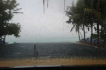 雨中的马尔代夫依露岛无边泳池,都还是那样的美丽