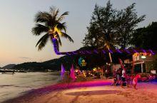 非常漂亮和浪漫的一座海边酒吧餐厅,品尝美酒佳肴的同时,还能欣赏美丽的夜景,真是十分的浪漫惬意。