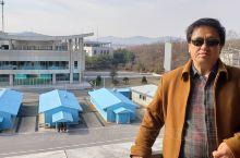 朝鲜板门店军事分界线,后面就是韩国。