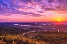 登莫干山观日出  位于普兰店区墨盘乡莫干山下的珉琚,是蓝天、白云、绿树映衬下的山寨。洗尽了尘世的繁杂