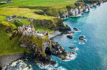 《飞龙再生》打卡地---敦鲁斯城堡  在爱尔兰语里有一句话翻译成中文就是建在山顶上的童话城堡,这句话