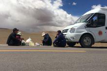 改则县到尼玛县途中没有合适吃中午饭的地方、所以我们提前准备了西瓜、饼子,黄瓜、西红柿。