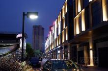 奥特莱斯分布于城市郊区,这是一个惯性 确实,上虞区的也不例外 而且他的特殊性在于 他不是一个单独的商