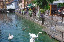 依山傍水的法国安纳西小镇,古老而不失优雅。青黛色的远山、穿城而过的运河,鳞次栉比、色彩浓烈的房屋,以