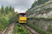 巴拿山游玩线路分享 一个值得来的地方 两个样子的缆车:外边红色的方圆的,是世界单线最长缆车(视频中第