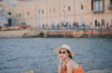 从特拉维夫的海边往南望,海滩的尽头一座米黄色的古城探入了地中海深海色的海水中,那就是雅法。 雅法老城