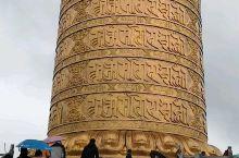 世界最大藏传佛教转经筒,前来冒雨转经的信徒和游客络绎不绝,真是净化心灵和磨砺心志的不二选择!欢迎各地