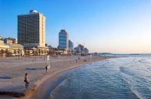 滨临东地中海的特拉维夫,是以色列的第二大城市。城市中心的Frishman Beach,一边是现代化的