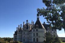 达芬奇设计的香波堡,最出名的莫过于旋转楼梯。城堡的四周有郁郁葱葱的绿色景观,整个城堡被包围当中,安静