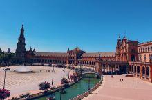 从莱昂之门进入西班牙广场,哇哦~有河水与环廊围绕的广场,第一次遇到~还有拉小提琴,跳弗拉门戈的当地人