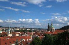 布拉格,故事不断的城市,从童话故事到现代音乐。查理大挢!广场!熙熙攘攘屿游客。奢侈品商店林立,卖艺人