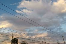 在故乡 看 飘忽的云  眼前的 这片云 会飘向何方?  也是 旅人 眼中 飘来的 故乡的云罢