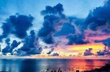 过一段时间就会来乐东三亚度假 龙栖湾太美了 那天在海边看几个少年在海边戏水 男孩推着船 女孩坐在船上