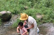 被友人偷拍。 在夏天的尾巴上,带着孩子到重渡沟两日游,这里气温平均20度,是避暑的圣地,我们到的时候