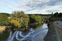 巴斯(City of Bath)被誉为英国最美的小城之一,整座城市都被列入世界文化遗产。巴斯的名字翻