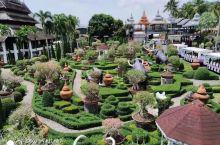 东芭乐园位于泰国芭堤雅市附近。园中有人工湖,树木葱笼,鸟语花香,景色如画。园中还设有文化村,是集中展