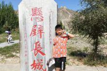 长城犹如一条巨蟒穿梭于崇山峻岭之中抵御着外族的侵略,孩子抚摸着城墙上的墙砖让他更加了解中国的历史!