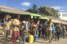这个露天市场是埃塞俄比亚最大的农贸和工艺品市场。市场沿街而建,所设区域非常的大,大多与经营当地的手工