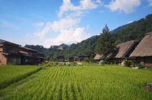 这是一个非常平和安详淳朴的村落。来这里你能看到一大片的水稻田。还能看到这里最有特色的建筑,长得像一个